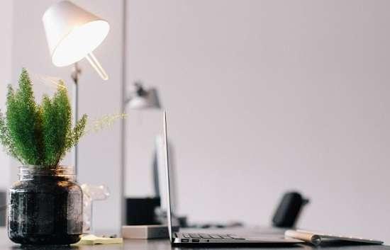 Stolna lampa pruža nam svijetlost i stvara poseban ugođaj