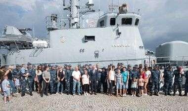 FOTO: SUZE, SMIJEH, PONOS… Pogledajte emotivne scene iz splitske Lore nakon povratka hrvatskog broda iz NATO-ove operacije