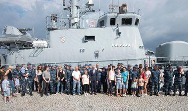 Split, 240918. Danas je u splitsku vojarnu Lora uplovila raketna topovnjaca Vukovar koja se vratila s NATO-ve vojne vjezbe Sea guardian te je misija vise nego uspjesno obavljena. Topovnjaca Vukovar prvi je hrvatski brod koji je ikada sudjelovao u jednoj NATO vojnoj operaciji. Brod je docekao i ministar obrane Damir Krsticevic. Na fotografiji: obitelji clanova posade zeljno su cekali i docekali svoje najmilije. Foto: Paun Paunovic / CROPIX