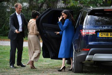 Meghan, Duchess of Sussex waves farewell after attending the launch of a cookbook with recipes from a group of women affected by the Grenfell Tower fire at Kensington Palace in London, Britain September 20, 2018. Ben Stansall/Pool via Reuters - RC1E1D4B6E90