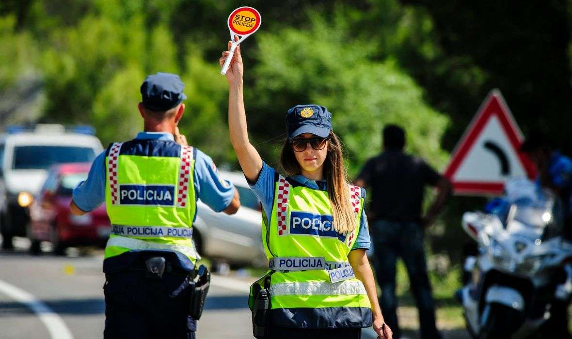 Ženski policajci izlaze