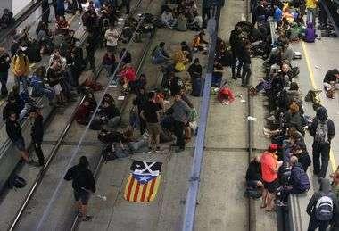 AKTIVISTI ZA NEZAVISNOST KAZALONIJE U GIRONI U ZGRADI VLADE SKINULI ŠPANJOLSKU ZASTAVU Druge su skupine blokirale željeznički i cestovni promet