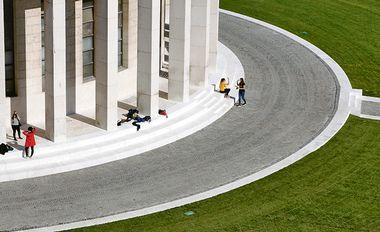 Zagreb, 051018. Trg zrtava fasizma. Paviljon Ivana Mestrovica i novi travnjak. Foto: Damjan Tadic / CROPIX