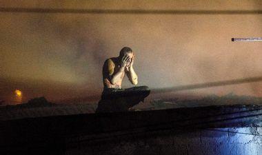 Opuzen, 160918. Dusevno bolestan muskarac aktivirao plinsku bocu i zapalio kucu te kosorom sasjekao policajca koji je dosao na intervenciju, nakon toga popeo se na krov zapaljene kuce. Policajca sa teskim ozljedama odvezao je helikopter. Na fotografiji: Policija pokusava pregovarati sa osobom kako bi sisla sa zapaljene kuce. Foto: Denis Jerkovic / CROPIX