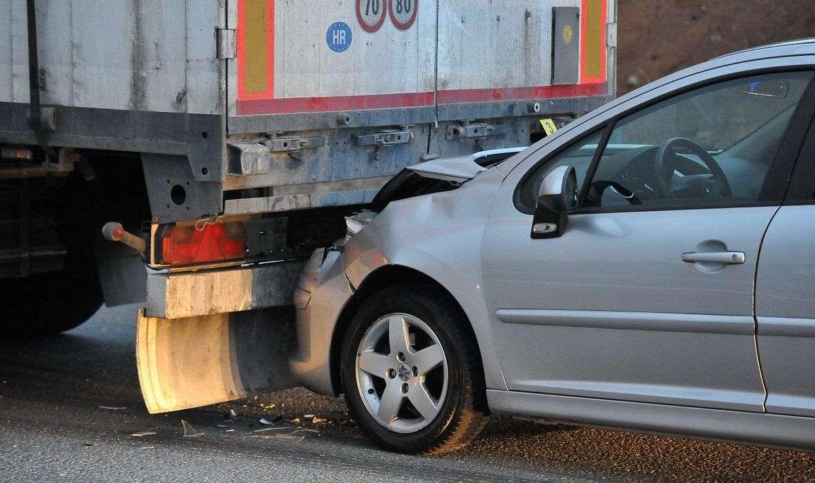 STRAVIČNA NESREĆA KOD ZADRA U sudaru šlepera i dva automobila jedna osoba poginula, više ozlijeđenih