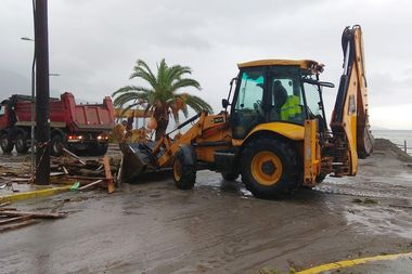 An excavator collects debris from the seaside following a cyclone in Kalamata, Greece September 29, 2018. Eurokinissi via REUTERS ATTENTION EDITORS - THIS IMAGE WAS PROVIDED BY A THIRD PARTY. NO RESALES. NO ARCHIVE. GREECE OUT. NO COMMERCIAL OR EDITORIAL SALES IN GREECE
