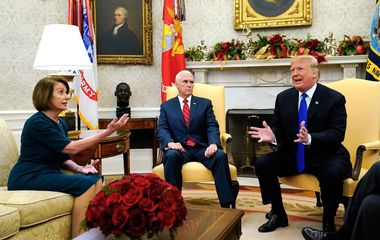 VIDEO: TRUMP POBJESNIO, POGLEDAJTE RAT U OVALNOM UREDU Na sastanku čiji je početak trebao biti samo protokolaran liderica demokrata ga taknula u živac