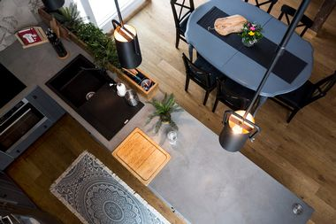 Zagreb, 300318.Arhitektica Vedrana Skalic iz studia Dizviz projektirala je i osmislila stan u visokom potkrovlju na dvije etaze za mladi bracni par.Stan je u industrijskom stilu i cijelim prostorom dominira metalno stubiste s mostom i galerijom.Foto: Berislava Picek/ CROPIX