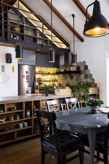 Zagreb, 300318. Arhitektica Vedrana Skalic iz studia Dizviz projektirala je i osmislila stan u visokom potkrovlju na dvije etaze za mladi bracni par. Stan je u industrijskom stilu i cijelim prostorom dominira metalno stubiste s mostom i galerijom. Foto: Berislava Picek/ CROPIX