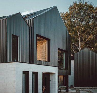 Dva brata dvije moderne kuće grade, ali jednu pored druge