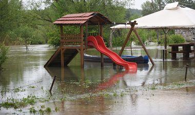 Duga Resa, 150519. Nocas oko ponoci vodostaj karlovackih rijeka je poceo stagnirati tako da je prosla opasnost od vecih poplava. Rijeka Mreznica je zabiljezila rekordno visoki vodostaj. Na fotografiji: Visok vodostaj rijeke Mreznice. Foto: Robert Fajt / CROPIX