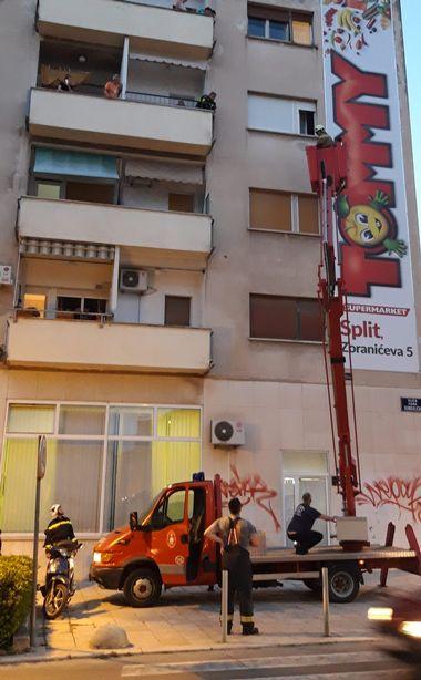 Split, 130619. Gunduliceva ulica. Vatrogasci spasavali maleno dijete koje je ostalo samo zakljucano u stanu. Foto: Vojko Basic / CROPIX