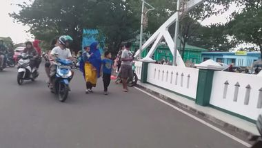 People look over a bridge as they flee after an earthquake in Ternate, North Maluku, Indonesia July 14, 2019 in this still image taken from social media video. Egon Enviro Batu Bacan via REUTERS ATTENTION EDITORS - THIS IMAGE HAS BEEN SUPPLIED BY A THIRD PARTY. MANDATORY CREDIT. NO RESALES. NO ARCHIVES