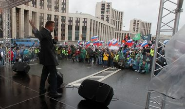 Russian journalist Leonid Parfyonov delivers a speech during a rally to demand authorities allow opposition candidates to run in the upcoming local election in Moscow, Russia August 10, 2019. REUTERS/Maxim Shemetov