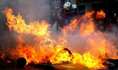 FOTO: KAOS U PARIZU, ULICE U PLAMENU! Prosvjed za klimu prerastao u nasilne sukobe tisuće policajaca i prosvjednika, dignute barikade, razbijene banke