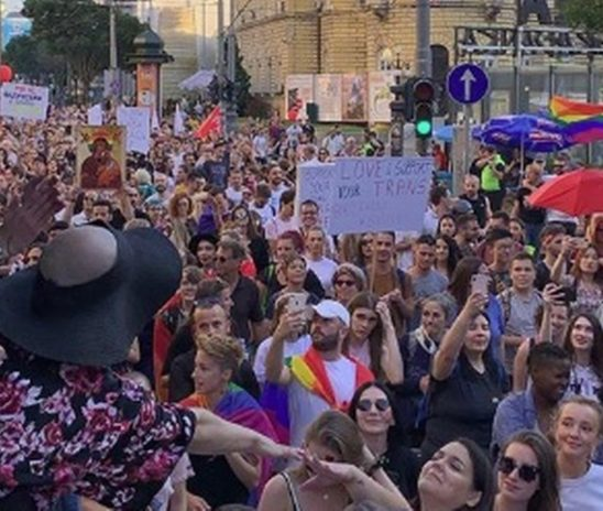 VIDEO: UZAVRELA ATMOSFERA NA PRIDEU U BEOGRADU Ekstremisti blokirali ulice, nose natpise 'nemoral i gej sramotu nikad više u životu', pjevaju o Kosovu