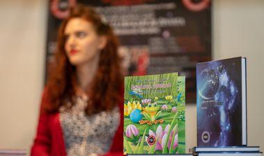 FOTO: POZNATE HRVATICE POVEZALA POEZIJA Pjesnikinja Vesna Boinović-Grubić predstavila svoj opus na Art Fairu Zagreb
