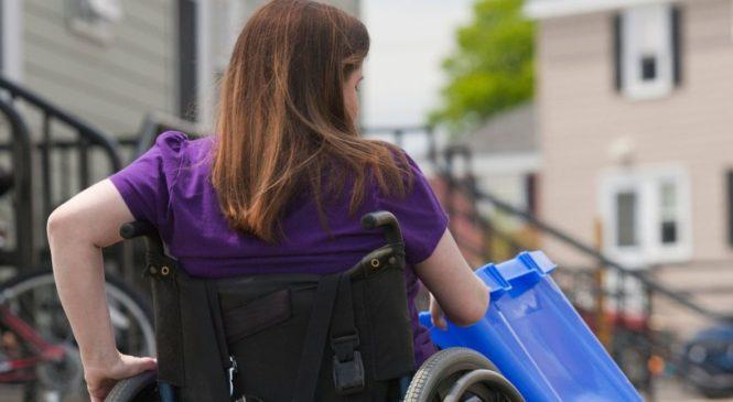 'LJUDI MISLE DA NAM POMAŽU, ALI MENE HVATA PANIKA' Mučno iskustvo žene u invalidskim kolicima: 'Morala sam na njih staviti metalne šiljke'