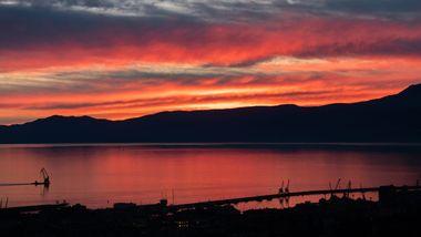 Rijeka, 231219. Nakon olujnog juga i velike kolicine kise, nebo iznad Kvarnerskog zaljeva zasjalo jarkom crvenom bojom u suton. Foto: Matija Djanjesic / CROPIX