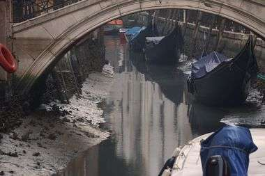 -07/01/2020-Venezia (IT.)cronacaDopo le alte maree eccezionali di novembre e dicembre scorsi, condizioni meteo di alta pressione e correnti marine discendenti favoriscono il fenomeno dell'acqua bassa nei canali del centro storico venezianonella foto: barche e gondole adagiate sul fondale melmoso di un canale quasi a secco, nel sestiere di San Marco.- 07/01/2020 - Venice (IT.)newsAfter the exceptional high tides of November and December, high pressure weather conditions and descending sea currents favor the phenomenon of low water in the canals of the historic center of Venice in the pic: boats and gondolas lying on the muddy bottom of an almost dry canal, in the San Marco district., Image: 491479661, License: Rights-managed, Restrictions: , Model Release: no, Credit line: Anteo Marinoni / LaPresse / Profimedia