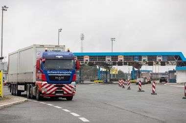 Rupa, 250220. Granicni prijelaz izmedju Hrvatske i Slovenije. Postavljanje trijaznih kontejnera u kojima ce se vrsiti pregledavanje gradjana prilikom ulazka u zemlju za koje se sumnja da imaju koronavirus. Foto: Matija Djanjesic / CROPIX