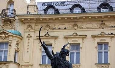 Zagreb, 260320. Trg bana Josipa Jelacica. Grafit sa porukom Gore glavu na glavnom zagrebackom trgu. Foto: Damjan Tadic / CROPIX