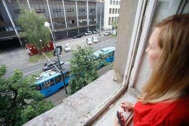 Zagreb, 110520. Branimirova ulica. Zagepcanka Marijeta Kresic zivi u zgradi ostecenoj u potresu. Na fotografiji: pogled s prozora na tramvaj. Foto: Marko Todorov / CROPIX