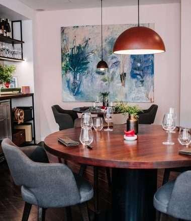 PRIČA IZ NAVA: Teško ćete pronaći restoran koji svojevoljno ukida tri stola jer smatraju da se ne mogu kvalitetno posvetiti svakom gostu!
