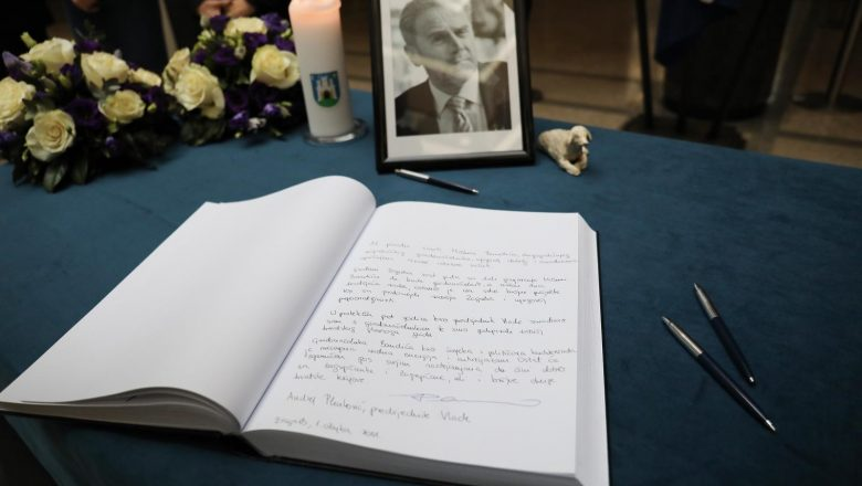 Građani, kolege, prijatelji i znanci upisuju se u knjige žalosti